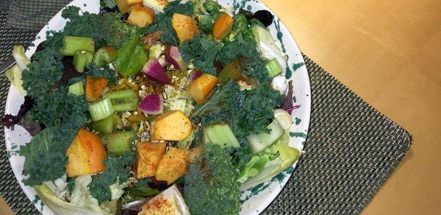 Federkohl-Salat bunt angerichtet zum Anbeissen