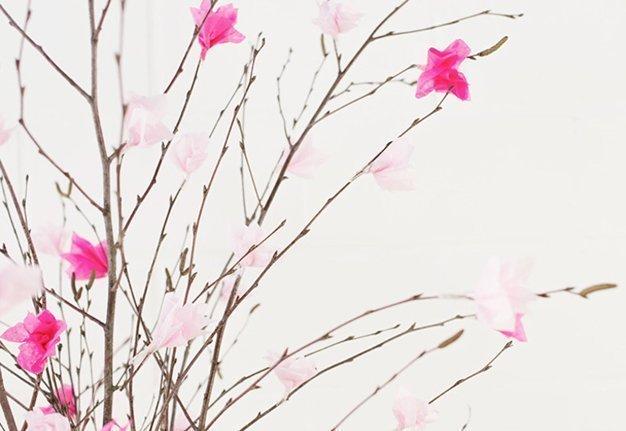 Frühlingsdeko basteln: Anleitung für Kirschblüten-Strauss aus Seidenpapier