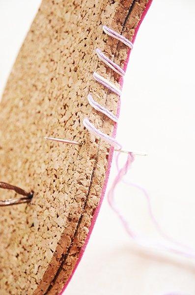 flip flops selber machen lederschlaufe einf gen und sohlen fertigstellen. Black Bedroom Furniture Sets. Home Design Ideas