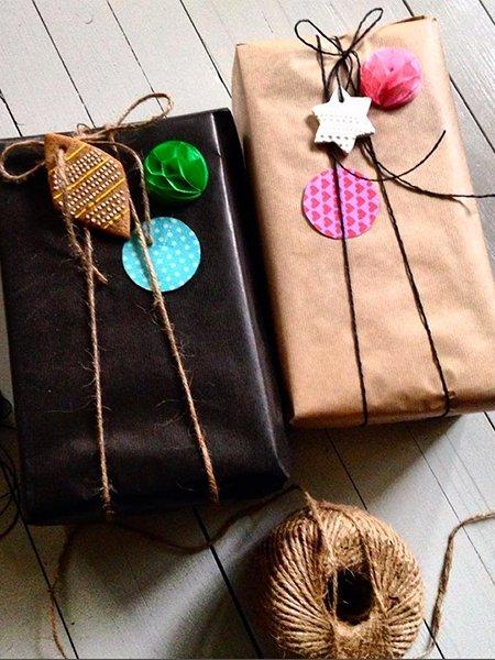 ideen zum geschenke verpacken guetzli pompoms. Black Bedroom Furniture Sets. Home Design Ideas