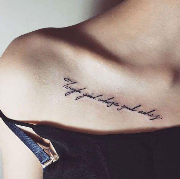 Tattoo Schriften: Kursiver Schriftzug unter dem Schlüsselbein