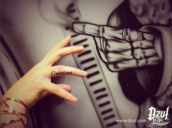 tattoo schriften name am finger. Black Bedroom Furniture Sets. Home Design Ideas