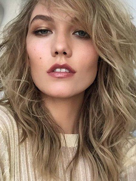 Frisuren 2016: gestufte Wellen von Karlie Gloss