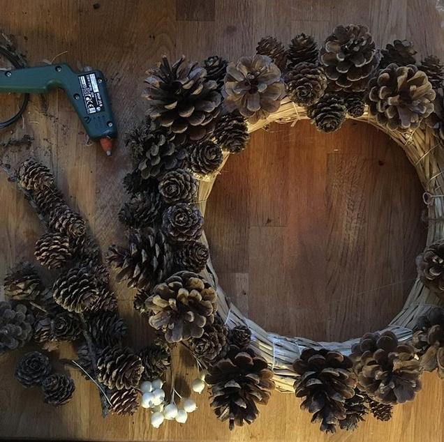 weihnachtsdeko basteln kranz aus tannenzapfen. Black Bedroom Furniture Sets. Home Design Ideas