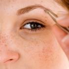 Tipp gegen Langeweile: Augenbrauen zupfen