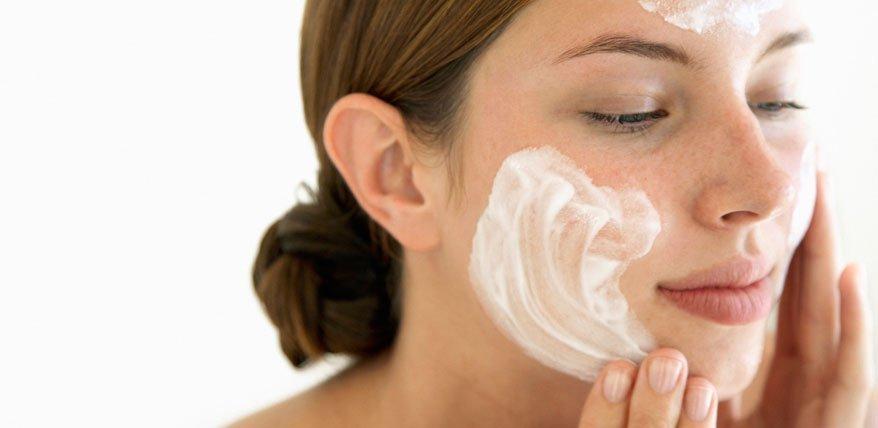 Gesichtspeelings können Wunder wirken! Beautyexpertin Bea Petri verrät wie man sie richtig anwendet.