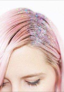 Gut getrickst! 9 Methoden, die deinen Haaransatz kaschieren