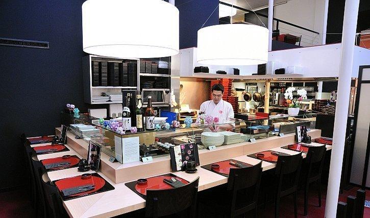 Sushi Chef Daigo Hatakeyama hinter seiner Bar