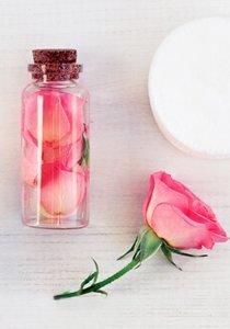 Blühende Erfrischung: Rosenwasser selbermachen