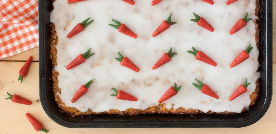 Dieser Rüblikuchen mit Frischkäse-Frosting ist schnell gemacht und schmeckt einfach megafein.