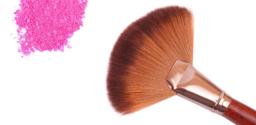 Make Up Artistin Bea Petri erklärt, wie man sich bei einer Haarallergie am besten schminkt.