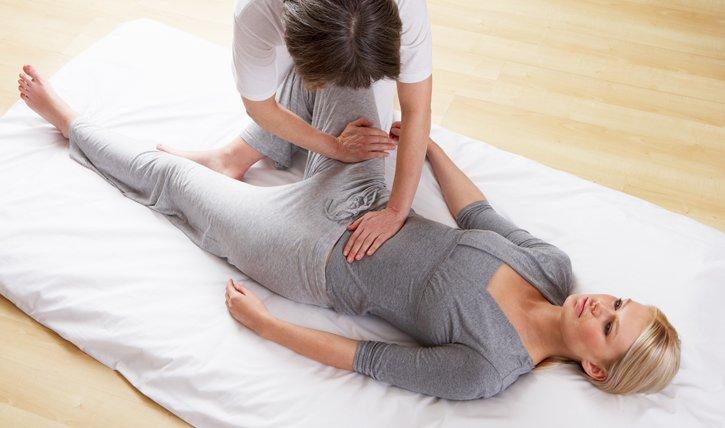 Die klassische Shiatsu Behandlung findet auf dem Boden statt und geht vom Bauch aus.
