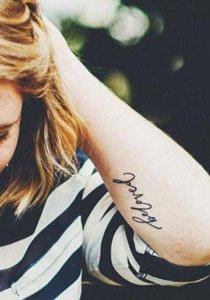 25 Tattoo Schriften: Worte, die unter die Haut gehen