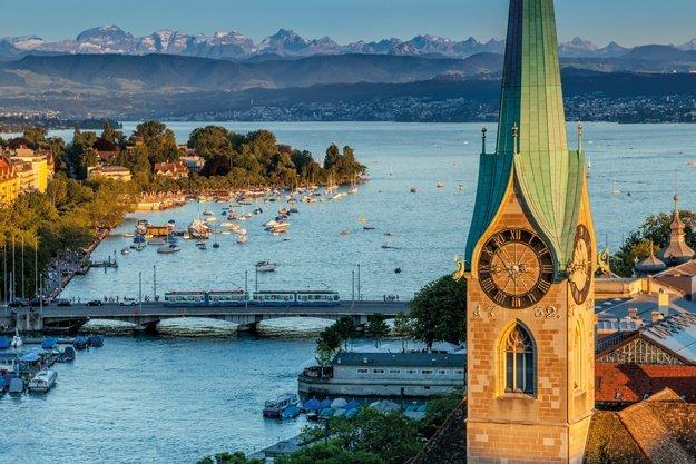 Zürich am Zürichsee mit Blick auf die Berge.